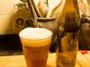 Skål, kosmonauter! Det här är mitt första alldeles egenhändigt bryggda öl. Ett veteöl av sydtysk typ, det är i alla fall det jag försökt åstadkomma. Jag var lite orolig att beskan skulle ta överhand, men, nybörjare som jag är, så tycker jag att sötman och beskan balancerar riktigt bra. Skummer är fast och vitt. Egentligen bör det nog mogna under ytterligare några veckor, så det här blir ett underbart sommaröl :)